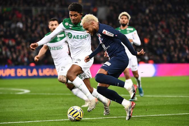 Neymar, ici à la lutte avec le défenseur stéphanois Wesley Fofana, a marqué un but face à Saint-Etienne mercredi en Coupe de la Ligue.