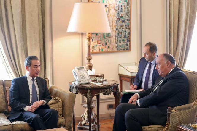 Le ministre chinois des affaires étrangères, Wang Yi (à gauche), et son homologue égyptien, Sameh Shoukry, au Caire, le 8janvier 2020.