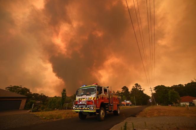 Des pompiers australiens luttent contre un incendie, à Bargo, en Nouvelle-Galles du Sud, le 21décembre 2019.
