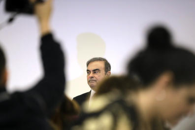 Former Nissan chief Carlos Ghosn (C) is surrounded by journalists as he addresses the media at the Lebanese Press Syndicate in the capital Beirut on January 8, 2020. This is the first press conference by the fugitive car magnate since his Houdini-like escape from trial in Japan. / AFP / JOSEPH EID