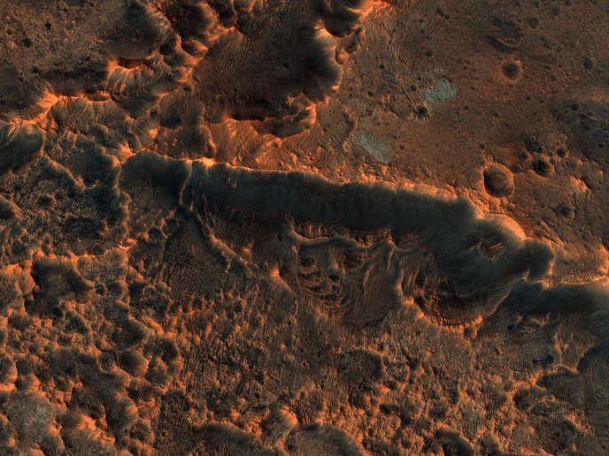 Cette image de cratères martiens a été prise, en 2019, par le télescope HiRise, de la sonde américaine Mars Reconnaissance Orbiter (MRO).