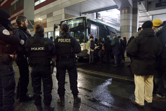 Jeudi matin vers 7 heures, devant le dépôt de bus de la RATP, rue de Lagny à Paris. Des agents RATP, des conducteurs de bus, des professeurs et quelques étudiants sont présents devant le dépôt sous surveillance policière sans pour autant bloquer la sortie des bus. Les conducteurs reçoivent un tract des grévistes lors de leur sortie du dépôt.