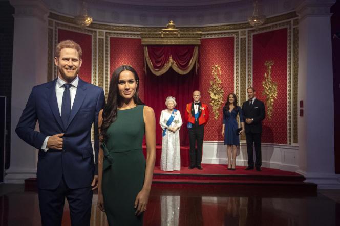 Les personnages de cire du prince Harry et de son épouse Meghan, devant ceux des autres membres de la famille royale, au musée Madame Tussauds, à Londres, le 9 janvier 2020.