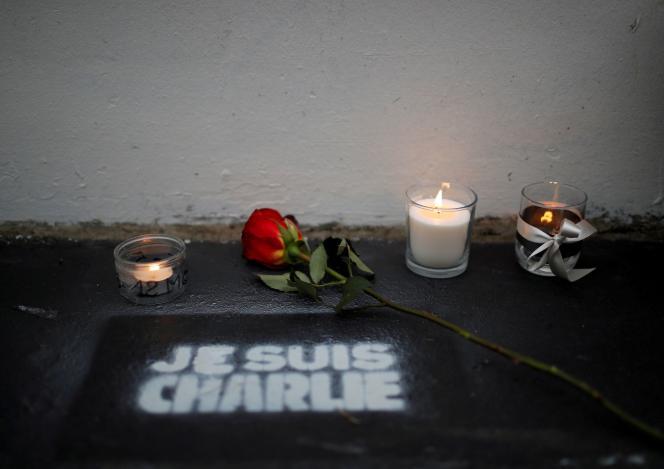 Des fleurs et des bougies devant l'ancien bureau du journal satirique «Charlie Hebdo» lors du cinquième anniversaire de l'attaque terroriste, à Paris, le 7 janvier.