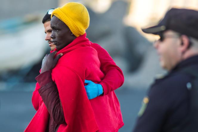 Un migrant secouru par les gardes-côtes espagnols arrive au port d'Arguineguin, sur l'île de Grande Canarie, le 5janvier 2020.