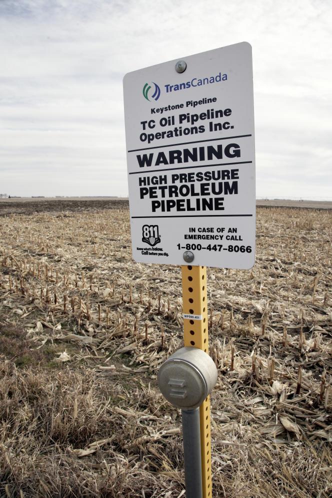 Un panneau signale la présence d'un pipeline enterré sous le champ de maïs, le 9 janvier, à Milford (Nebraska).