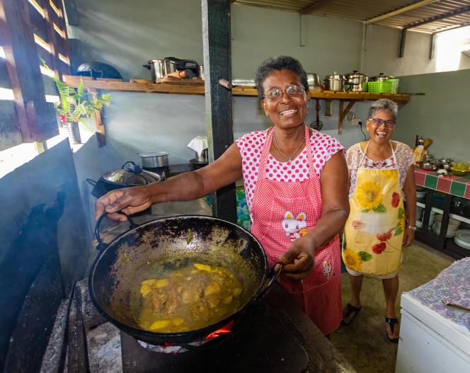 Marie-Michelle Lindor (à gauche) et Brigitte Canotte préparent des samosas de légumes pour leur table d'hôte, KotMarie-Michèlle .