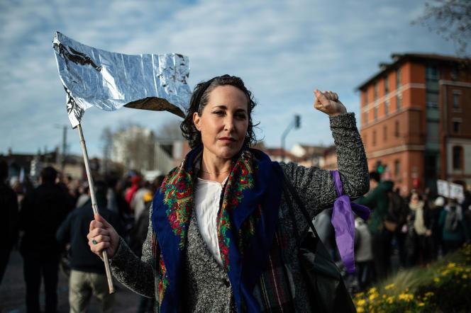 Une militante lors de la manifestation contre la réforme des retraites à Toulouse, le 9 janvier.
