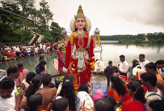 A Grand Bassin pendant la Mahashivaratri, une fête religieuse qui célèbre Shiva.