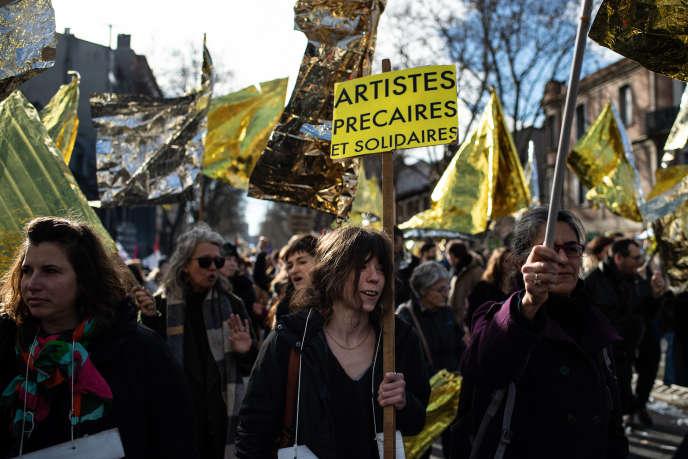 Des artistes manifestent contre la réforme des retraites à Toulouse, le 9 janvier.