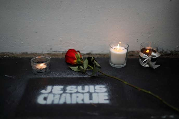 Hommage aux victimes de l'attaque de «Charlie Hebdo», à Paris, le 7 janvier.