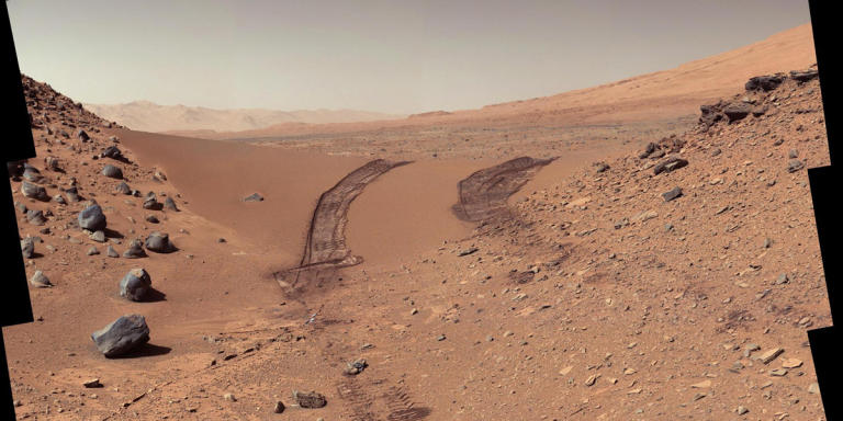 A look back at a Martian dune from NASA's Curiosity rover taken during its 538th Martian day, or sol on Mars. (NASA/JPL-Caltech/MSSS)