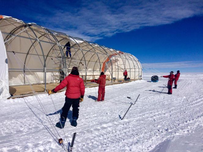 L'équipe Epica (European Project for Ice Coring in Antarctica) installant, en juin 2019, le couvercle de la structure qui héberge le système de forage de la glace.