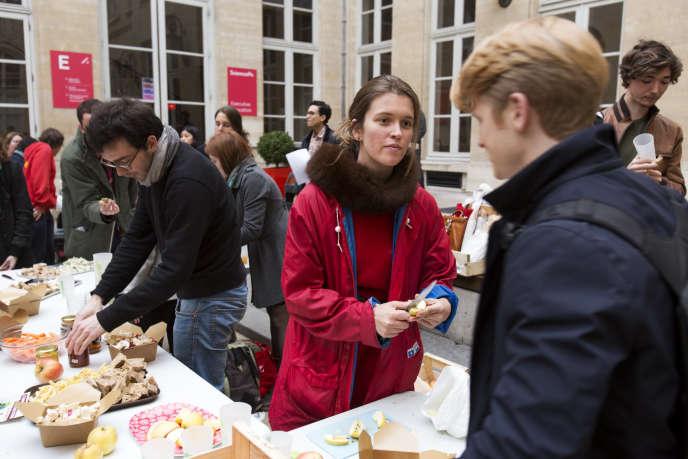 Les étudiants de Sciences Po Paris ont créé l'association Paves pour distribuer des paniers de produits bio.