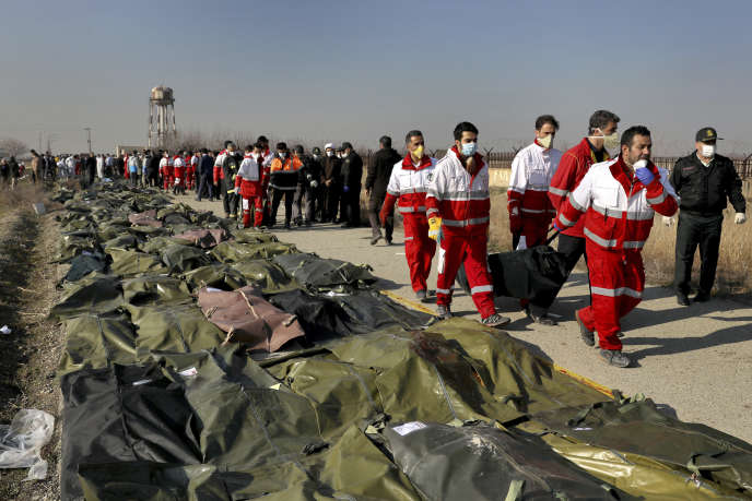 Des secouristes de la Croix-Rouge iranienne sur les lieux du crash de l'avion ukrainien, à Shahedshahr, près de Téhéran, le 8 janvier.