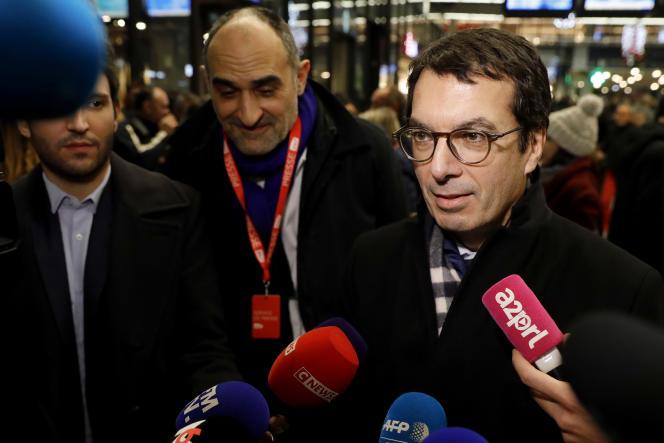 Jean-Pierre Farandou, le PDG de la SNCF, est interrogé par les journalistes, à la gare Montparnasse, à Paris, le 4 décembre 2019, à la veille de la grève contre la réforme des retraites.