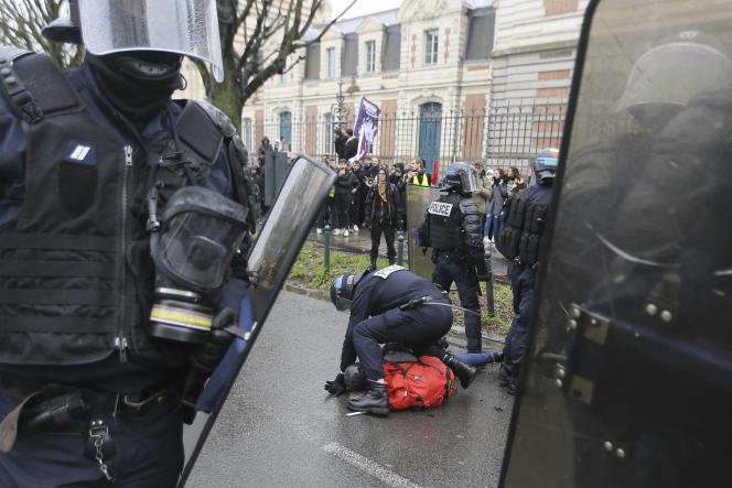 Des policiers arrêtent un manifestant lors d'une marche à Rennes, le 9 janvier.