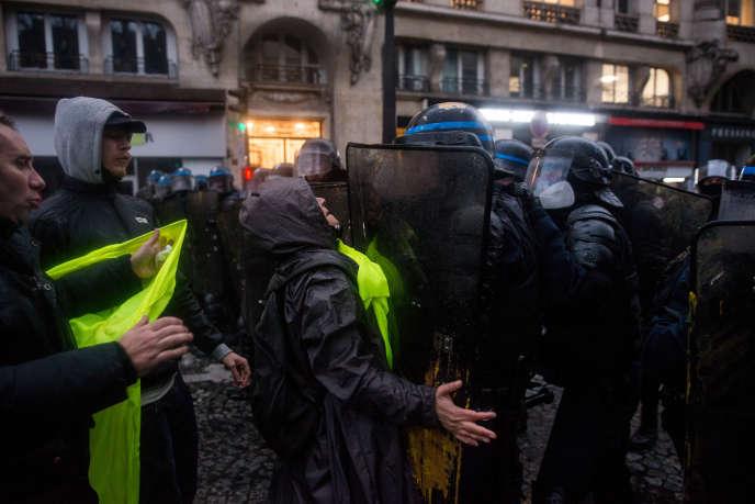 Altercation entre manifestants et forces de l'ordre pendant une mobilisation contre le projet de réforme des retraites, à Paris, le 9 janvier.