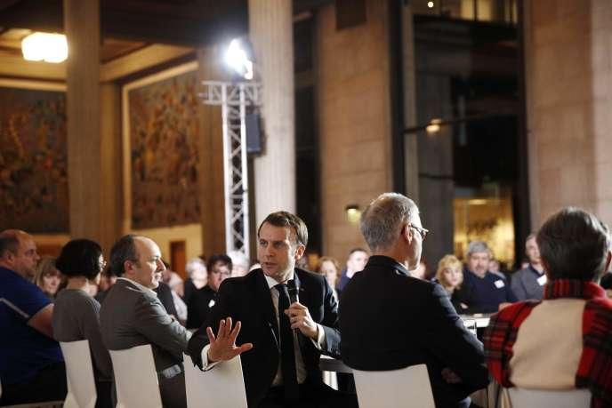 Le président, Emmanuel Macron, lors d'une séance de questions-réponses avec les membres de la Convention citoyenne sur le climat, le 10janvier àParis.