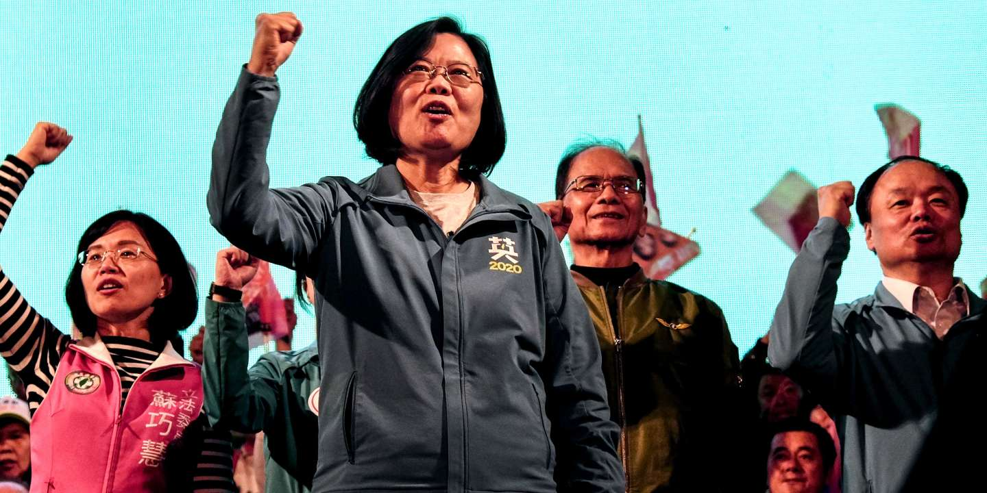Taiwan's President and presidential candidate from the ruling Democratic Progressive Party (DPP), Tsai Ing-wen (front), gestures during a rally at the Xinzhuang Stadium in New Taipei City on January 5, 2020. / AFP / Sam Yeh