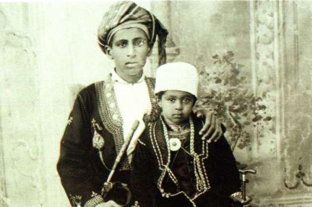 Le sultanQabous Ben Saïd Al-Saïd au cours de sa jeunesse, sur les genoux de son père, le sultanSaïd Ben Tamour (photo non datée).