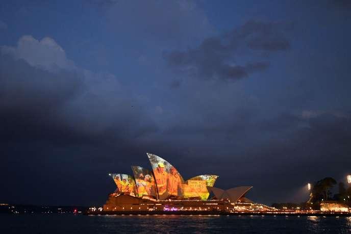 Hommage de l'opéra de Sydney aux pompiers australiens ayant lutté contre les incendies qui ont ravagé le pays, le 11 janvier.