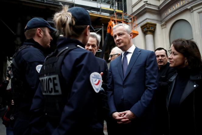 Bruno Le Maire rencontre les forces de police lors d'une visite aux Galeries Lafayette, au premier jour des soldes, à Paris, le 8 janvier.
