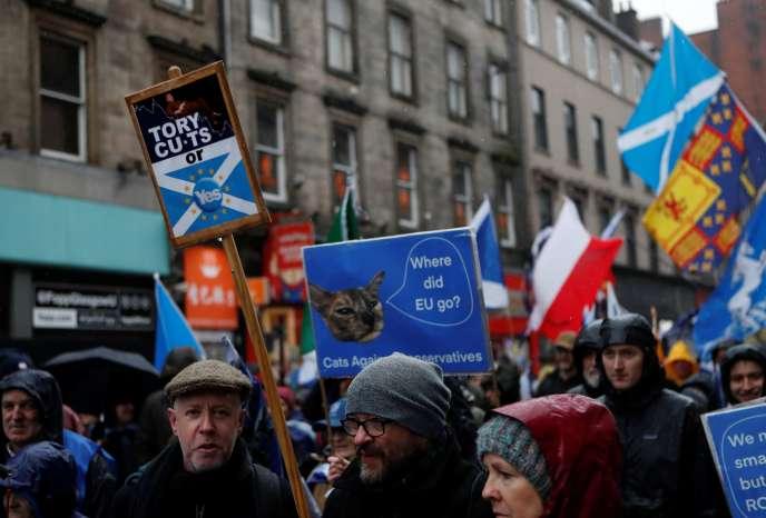 Des manifestants marchent pour l'indépendance écossais à Glasgow, le 11 janvier 2020.