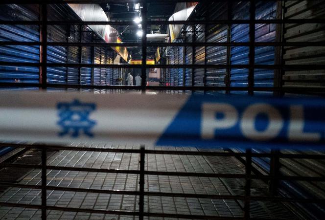 Plusieurs patients sont des vendeurs d'un marché de Wuhan, enChine, spécialisé dans la vente en gros de fruits de mer et de poissons. La municipalité a pris plusieurs mesures, ordonnant en particulier la fermeture du marché concerné, où des opérations de désinfection et des analyses ont été effectuées. Ici, le 11janvier.