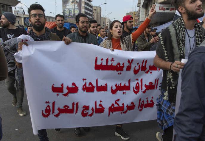 « Le parlement ne nous représente pas, l'Irak n'est pas un théâtre de guerre, sortez vos guerres de l'Irak», place Tahrir, à Bagdad, le 10 janvier.