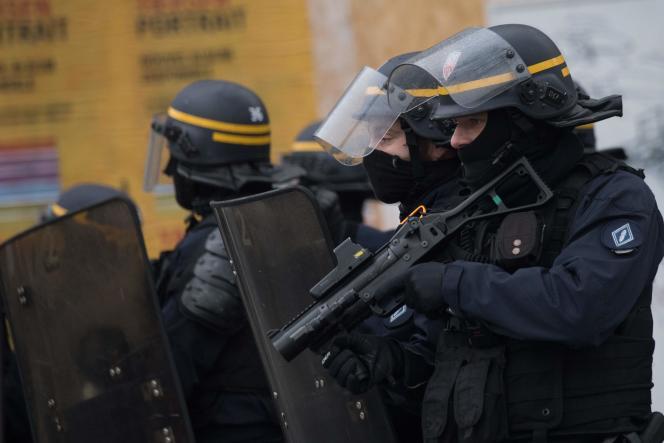 Un CRS armé d'un LBD40 lors d'une manifestation àNantes, le 17décembre2019.