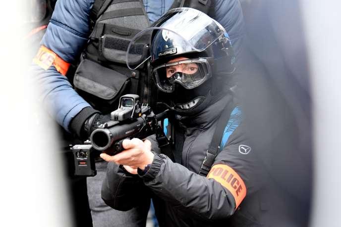 Un policier français équipé d'un LBD 40 lors d'une manifestation à Paris, le 11 janvier 2020, dans le cadre d'une grève nationale contre la réforme des retraites.
