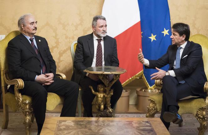 Le premier ministre italien, Giuseppe Conte, lors de la visite du général libyen Khalifa Haftar (à gauche) en Italie, au palais Chigi, à Rome, le 8 janvier.