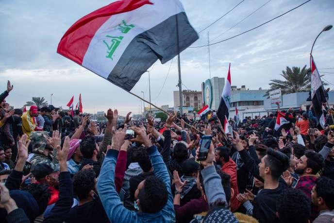 Des milliers d'Irakiens manifestent contre leur gouvernement et la mainmise iranienne et américaine sur le pays, à Bassorah (Irak), le 10 janvier.