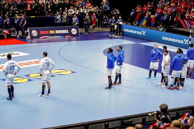 Les handballeurs français dépités après leur élimination de l'Euro dès le tour préliminaire, à la suite de leur défaite face à la Norvège (26-28).