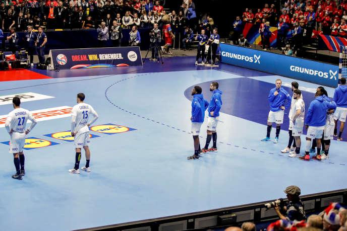 Les handballeurs français abattus après leur défaite contre la Norvège, dimanche 12 janvier, à Trondheim (Norvège), lors du tour préliminaire de l'Euro.