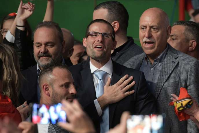 Le nouveau chef du parti travailliste de Malte, Robert Abela (au centre), le 12 janvier. à Paola, au sud de l'île.