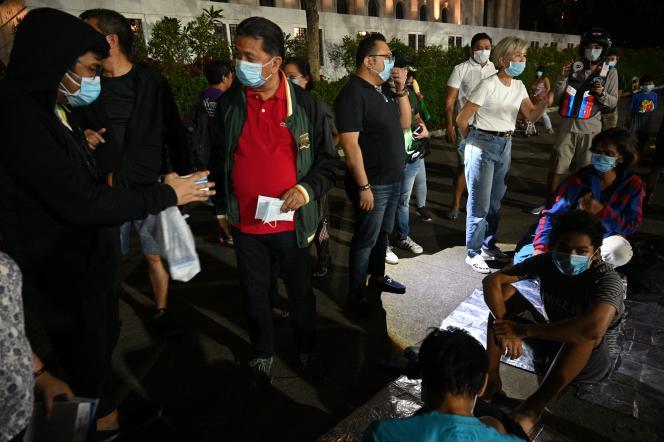 Les autorités locales ont distribué des masques à la population de sans-abri de la ville de Manille, le 12 janvier.