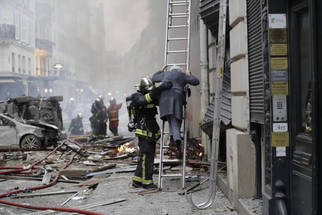 Evacuation d'un immeuble de la rue de Trévise après une explosion de gaz, à Paris, le 12 janvier 2019.