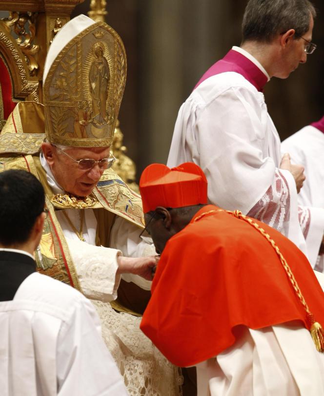 Le nouvellement nommé cardinal Robert Sarah embrasse la main de Benoît XVI, à la basilique Saint-Pierre au Vatican, le 20 novembre 2010.