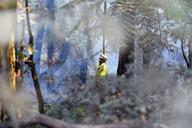 Un pompier tente d'éteindre un feu au mont Wilson, le 18 décembre dans les montagnes Bleues.