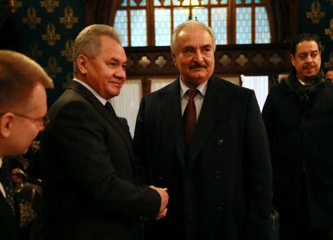 Le maréchal Khalifa Haftar, chef de l'Armée nationale libyenne (à droite) et le ministre russe de la défense, Sergueï Choïgou, le 13 janvier à Moscou.