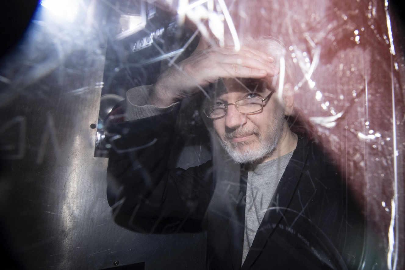 Julian Assange lascia la Westminster Magistrates Court a Londra, 13 gennaio.