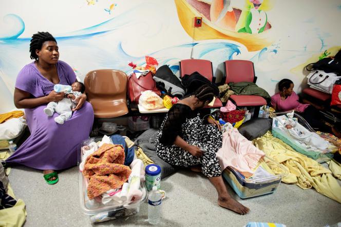 Des femmes venant d'accoucher à Lariboisière, à Paris, sont accueillies à l'hôpital, faute de places d'hébergement, en septembre.