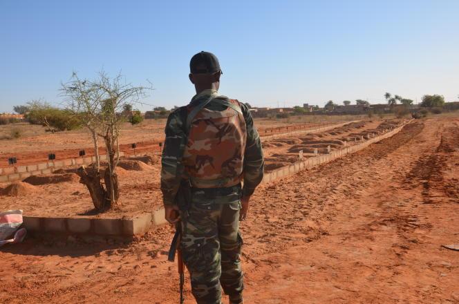 Un soldat nigérien face aux soixante et onze tombes de militaires tués àInates le 10 décembre 2019.