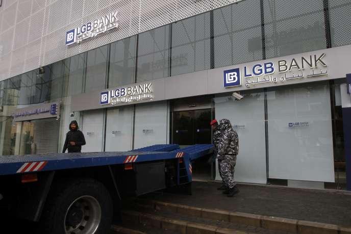Un clien mécontent a bloqué la Lebanon and Gulf Bank (LGB) à l'aide de son camion, à Sidon (sud du Liban), le 4 janvier.