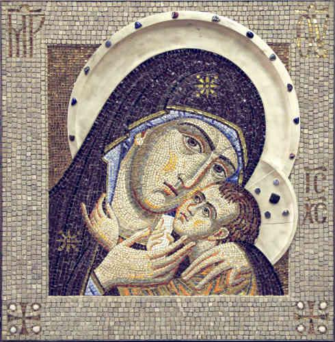 """«Selon la légende, cette icône de la Vierge dite """"d'Ephèse"""" a été écrite par l'apôtre Luc. Elle fut reproduite par les premiers chrétiens dans l'atelier de Korsun, terme qui désignait la ville de Chersonnèse dans la banlieue de l'actuelle ville de Sébastopol. Dans ce type de représentation de la Vierge, les visages de la Mère et du Fils se rejoignent avec une douce expression d'intimité. Comme toutes les icônes de Marie, elle porte l'inscription """"Mère de Dieu""""en grec. Sur son front et ses épaules, les trois étoiles brillantes sont l'expression du dogme qui dit qu'elle est vierge avant, pendant et après la naissance de son fils.»"""