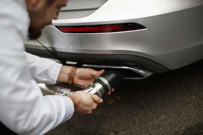 Evaluation des émissions d'un véhicule diesel par des experts, à Londres, en février 2019.