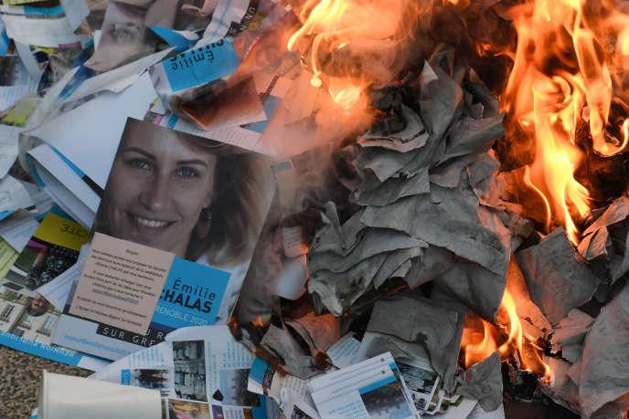 Des tracts brûlés sur le stand de la candidate La République en marche à Grenoble, le 7 décembre.