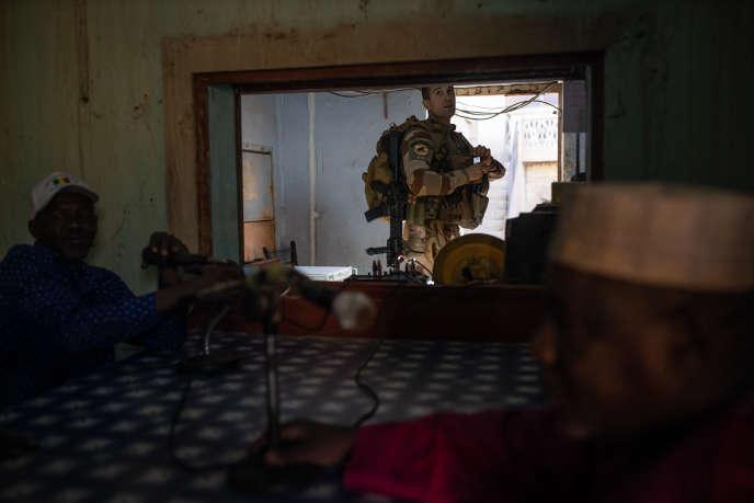 Visite de soldats français à une radio locale, dans le cadre d'un projet humanitaire, le 4 décembre 2019, à Gao.